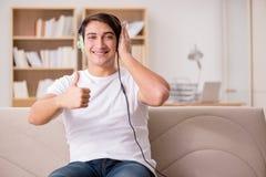 L'uomo bello che ascolta la musica Immagini Stock Libere da Diritti