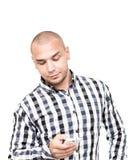 L'uomo bello che per mezzo dello smartphone per riceve ed invia gli sms Fotografie Stock Libere da Diritti