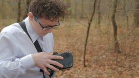 L'uomo bello esamina i vetri di realtà virtuale video d archivio