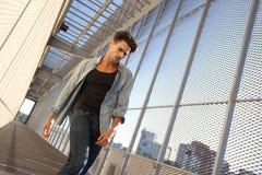 L'uomo bello ha vestito casuale in una posizione grungy Fotografia Stock