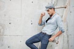 L'uomo bello si è vestito in una camicia delle blue jeans Immagine Stock