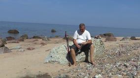 L'uomo beve l'acqua dal mare