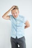 L'uomo brutale con una piccola barba sta appoggiandosi la parete Fotografia Stock Libera da Diritti