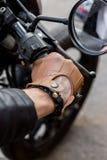 L'uomo brutale si siede sulla motocicletta di abitudine del corridore del caffè fotografie stock