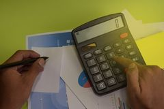 L'uomo calcola il costo e l'analisi del bilancio finanziari Concetto di finanza e di affari della scrivania fotografia stock libera da diritti