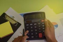 L'uomo calcola il costo e l'analisi del bilancio finanziari Concetto di finanza e di affari della scrivania fotografia stock