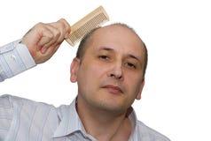 L'uomo calvo pettina i capelli Fotografie Stock Libere da Diritti