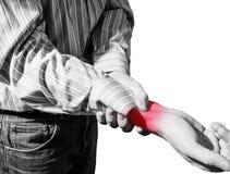 L'uomo in camicia di affari ha sofferto da dolore del polso, artrite fotografia stock