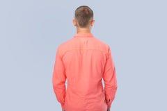 L'uomo in camicia rossa ha girato una parte posteriore fotografia stock