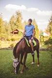 L'uomo cammina a cavallo Concetto: hobby, hobby, natura, animali Il cavallo mastica l'erba Fotografie Stock Libere da Diritti