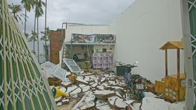 L'uomo cammina circa la Camera con il tetto crollato dopo l'uragano