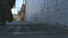 L'uomo cammina giù il marciapiede video d archivio