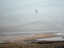 L'uomo cammina il mare lontano Fotografie Stock Libere da Diritti