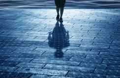 L'uomo cammina sul pavimento ondulato digitale Immagini Stock