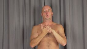 L'uomo caucasico adulto si scalda le sue dita delle palme Giri le mani, gira i braccia stock footage