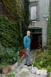 L'uomo che cammina giù un'edera ha coperto il vicolo Fotografie Stock