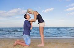 L'uomo che chiede forgiveness.woman perdona il suo uomo Fotografie Stock