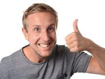 L'uomo che dà i pollici aumenta il gesto di mano Fotografia Stock
