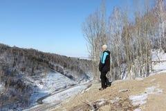 L'uomo che esamina dall'alta montagna la strada principale Immagini Stock