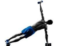 L'uomo che esercita la posizione della plancia di forma fisica esercita la siluetta Immagini Stock Libere da Diritti