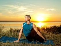 L'uomo che fa l'yoga si esercita all'aperto Immagine Stock