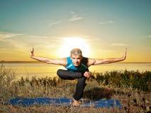 L'uomo che fa l'yoga si esercita all'aperto Fotografia Stock