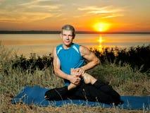 L'uomo che fa l'yoga si esercita all'aperto Fotografia Stock Libera da Diritti