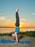 L'uomo che fa l'yoga si esercita all'aperto Immagine Stock Libera da Diritti