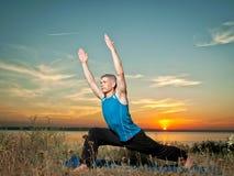 L'uomo che fa l'yoga si esercita all'aperto Fotografie Stock Libere da Diritti