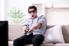 L'uomo che gioca i giochi 3d a casa Immagine Stock