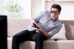 L'uomo che gioca i giochi 3d a casa Fotografia Stock