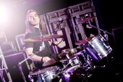 L'uomo che gioca i tamburi vive Musica in diretta di concetto Fotografia Stock Libera da Diritti