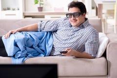 L'uomo che guarda 3d TV a casa Fotografia Stock Libera da Diritti