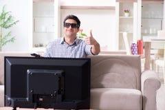 L'uomo che guarda 3d TV a casa Immagine Stock Libera da Diritti