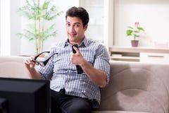 L'uomo che guarda 3d TV a casa Fotografia Stock