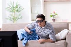 L'uomo che guarda 3d TV a casa Immagine Stock