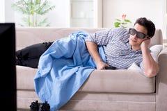 L'uomo che guarda 3d TV a casa Immagini Stock Libere da Diritti