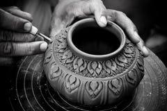L'uomo che le mani fanno il vasaio infligge un reticolo decorativo Immagini Stock