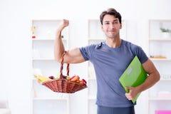 L'uomo che promuove i benefici del cibo sano e di fare mette in mostra Immagine Stock