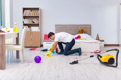 L'uomo che pulisce la casa dopo la festa di Natale Immagine Stock Libera da Diritti