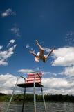 L'uomo che salta dentro ad un lago Fotografie Stock Libere da Diritti