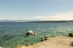 L'uomo che salta dentro al mare Fotografia Stock
