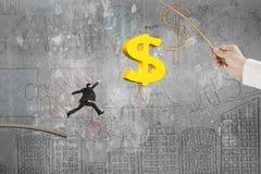 L'uomo che salta l'affare dorato di richiamo di pesca del simbolo di dollaro scarabocchia wal Fotografie Stock Libere da Diritti