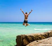 L'uomo che salta nel mare Fotografia Stock Libera da Diritti