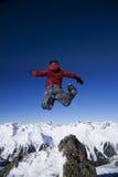 L'uomo che salta sopra le montagne Fotografie Stock