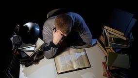 L'uomo che sfoglia il libro e cade addormentato Priorità bassa nera Vista da sopra video d archivio