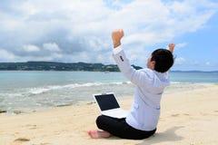L'uomo che si rilassa sulla spiaggia fotografia stock libera da diritti