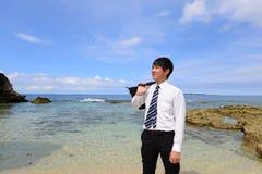 L'uomo che si rilassa sulla spiaggia fotografia stock