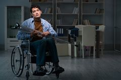 L'uomo che soffre dalla depressione alla sedia a rotelle immagine stock