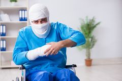 L'uomo che soffre dalle ossa e dalle fratture rotte multiple fotografie stock libere da diritti